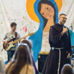 Franciszkański pasjonat na deskorolce